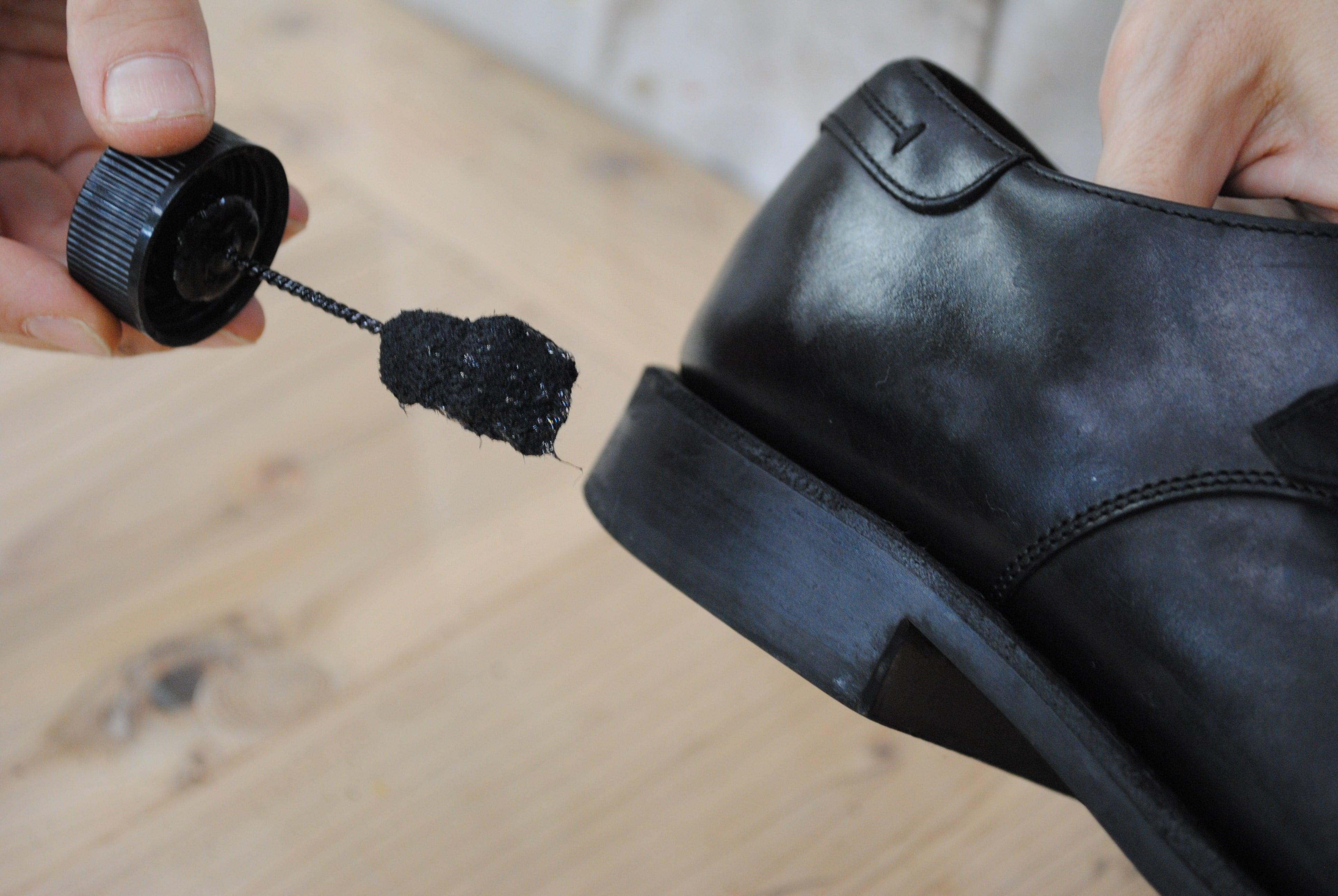 靴の補色作業の画像